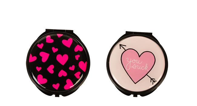 Tus amigas amarán que les obsequies una de las polveras con motivos de San Valentín de FOREVER 21 www.forever21.com
