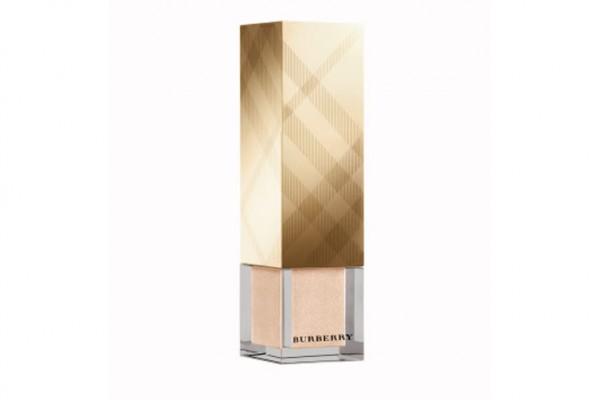 FRESH GLOW BASE LIQUIDA ILUMINADORA: El icónico maquillaje Burberry de las pasarelas en una edición limitada de empaque dorado.