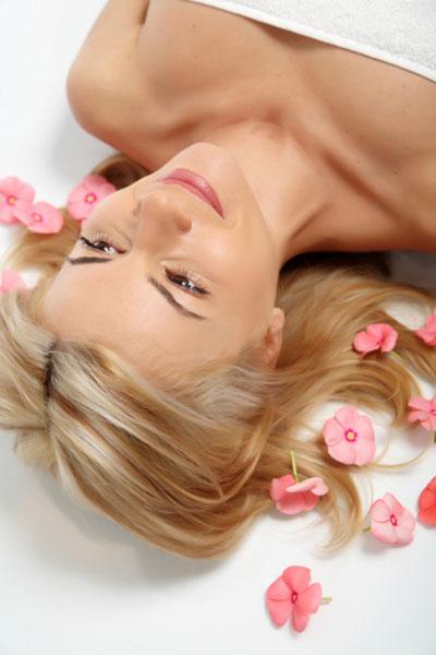 Combate cinco signos del cabello maltratado