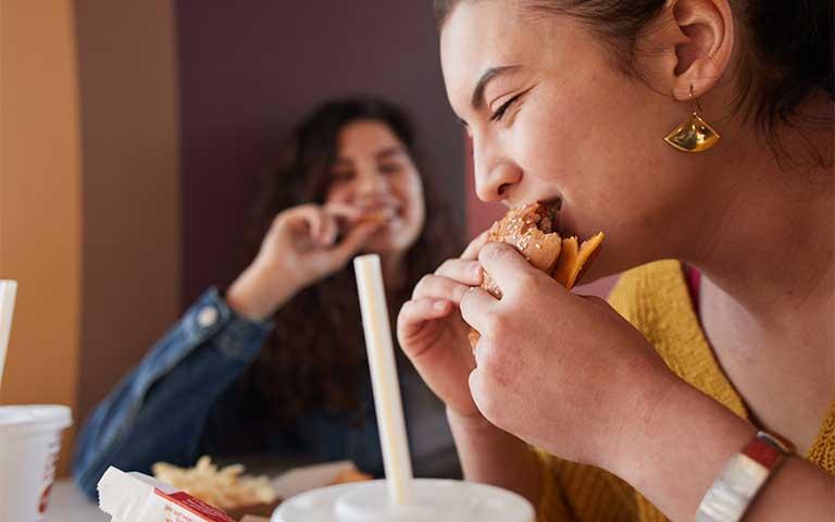 Arcos Dorados anuncia un nuevo avance en la evolución de su comida al quitar los colorantes y saborizantes artificiales de sus productos