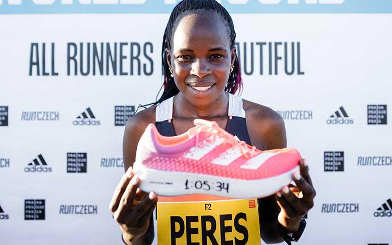 Peres Jepchirchir rompe el récord mundial del medio maratón de mujeres en praga con Adizero Adios Pro