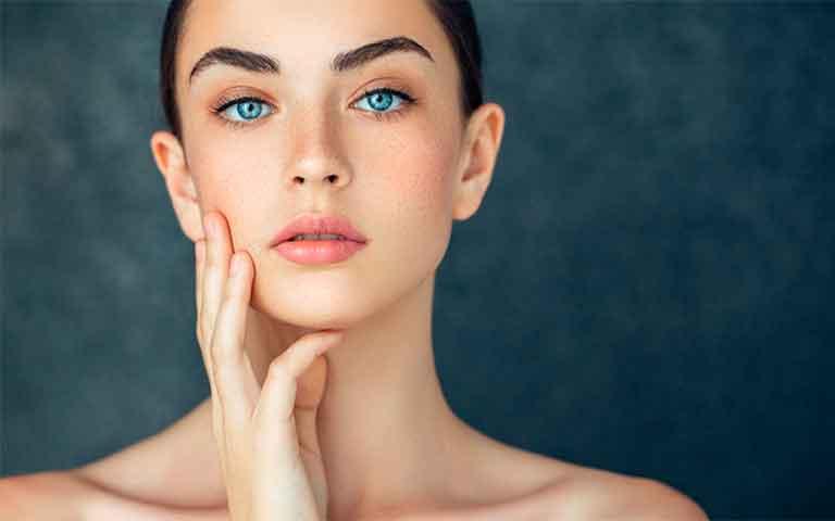 3 ingredientes clave que fortalecen la piel de una mujer