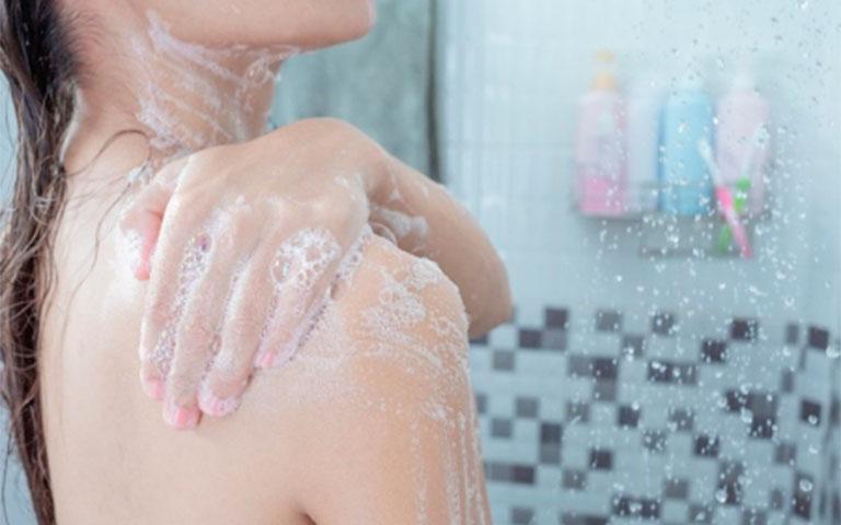 Tres must en tu rutina de baño para una piel hermosa